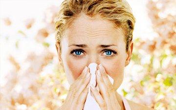 при аллергии отекают глаза что делать