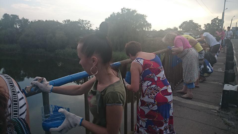 Мир в Славянске - жители покрасили очередной мост