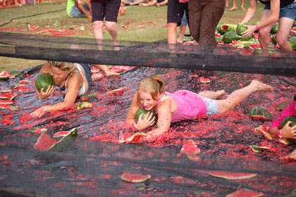 В Австралии прошли соревнования по катанию на арбузах