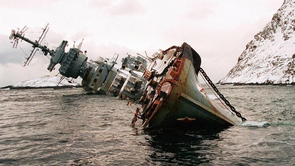 В Крыму ищут трех членов экипажа затонувшего траверса
