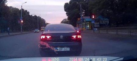 Кировоградская иномарка на ходу сменила номера на VIP серии