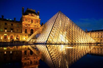 Туристи можуть відвідати Лувр і Ейфелеву вежу