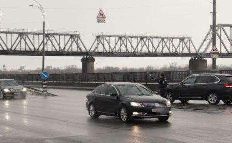 «Ничего не изменилось» — для проезда Яценюка перекрывают улицы. ВИДЕО