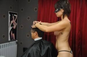 В России открылась парикмахерская с голыми мастерицами. ФОТО 18+