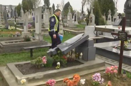 У Львові сатаністи роблять шкоди на цвинтарі thumbnail