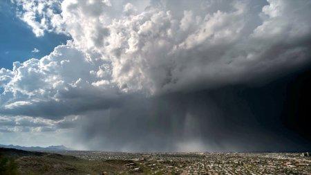 """Унікальне природне явище: небо """"викинуло"""" на землю справжню водяну бомбу (ВІДЕО)"""