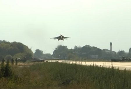 «Небесный щит-2016»: военные посадили на трассу бомбардировщик и истребитель (видео)
