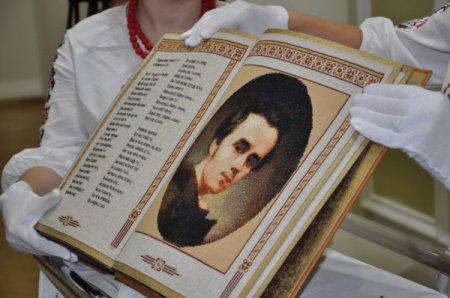 Единственная в мире полностью вышитая книга – шедевр, сделанный в Украине!