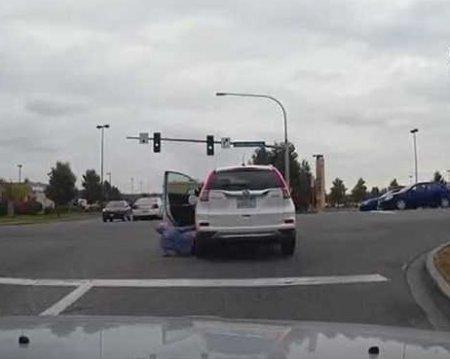 Пожилая американка попала под колеса собственного автомобиля. ВИДЕО