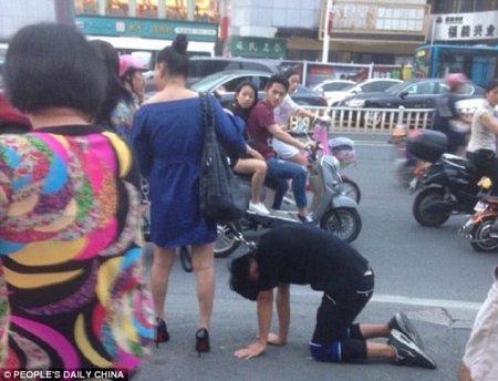Жители китайского городка испытали шок: женщина прошлась по улице с мужчиной на поводке. ФОТО