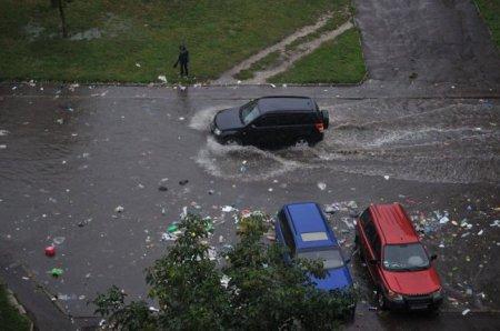 Улицы Львова превратились в реки из мусора. ФОТО
