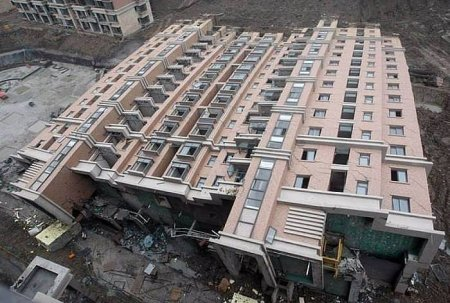 В Китае упал, но не развалился только что построенный многоэтажный дом