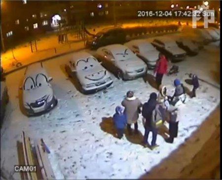 """Житель Запорожья превратил парковку в своем в дворе в иллюстрацию из мультфильма """"Тачки"""". Фотофакт"""