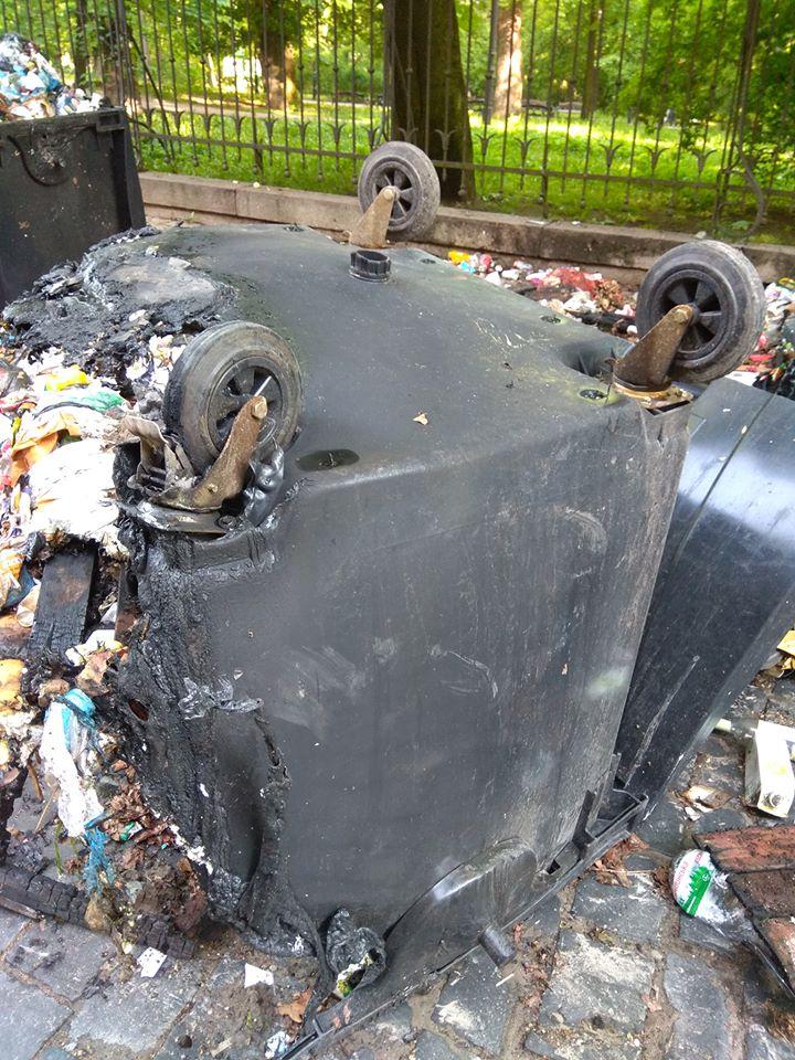 Невідомі спалили смітники у Львові